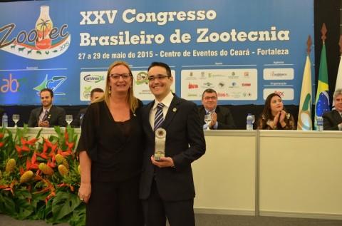 Henrique Tavares recebe o prêmio de Zootecnista do Ano no Zootec