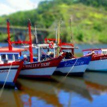 Barcos ancorados em Itanhaém/SP